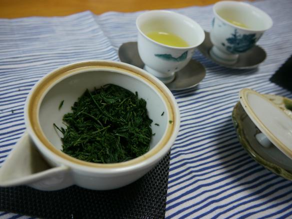 tetera y cuencos con té verde japonés